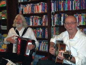 optreden Hoed en de Rand bij boekhandel Laan in Castricum met een van hun programma's in het kader van de Poëzieweek